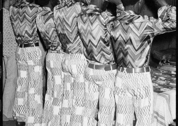 © Les amis dans les mêmes tenus, 1972 © Malick Sidibé Courtesy MAGNIN-A N° Inv. MS3056.4C
